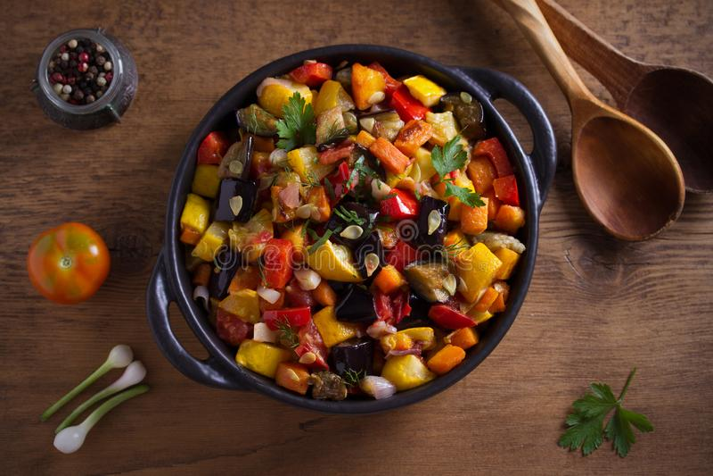 Plantaardige hutspot: aubergines, paprikapeper, tomaten, courgette, wortelen en uien Gestoofde plantaardige salade royalty-vrije stock foto's