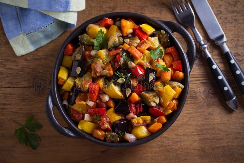 Plantaardige hutspot: aubergines, paprikapeper, tomaten, courgette, wortelen en uien Gestoofde plantaardige salade royalty-vrije stock afbeelding
