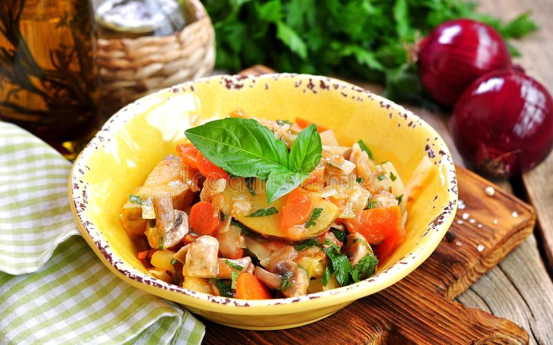 Plantaardige hutspot met aardappels, kool, wortelen, paddestoelen en uien stock foto