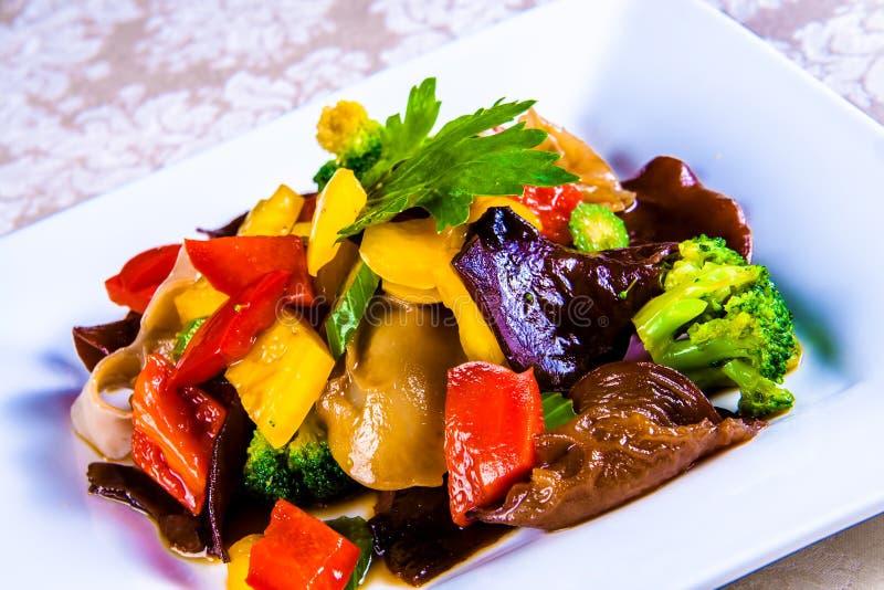 Plantaardige hutspot met groene paprika, broccoli, selderie en Chinese mushroms stock fotografie