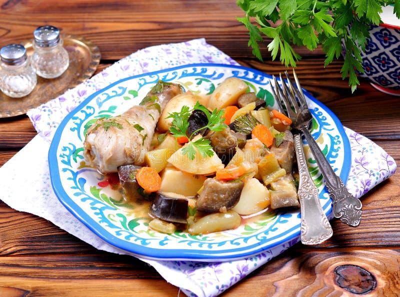 Plantaardige hutspot van aubergine, courgette, uien, wortelen, tomaten, knoflook en peterselie royalty-vrije stock fotografie