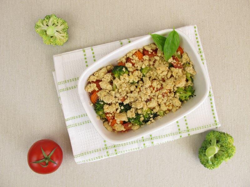 Plantaardige kruimeltaart met wortelen, tomaten, broccoli en crumbs royalty-vrije stock foto