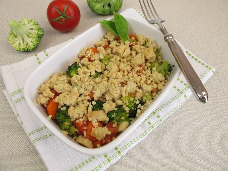 Plantaardige kruimeltaart met wortelen, tomaten, broccoli en crumbs royalty-vrije stock foto's