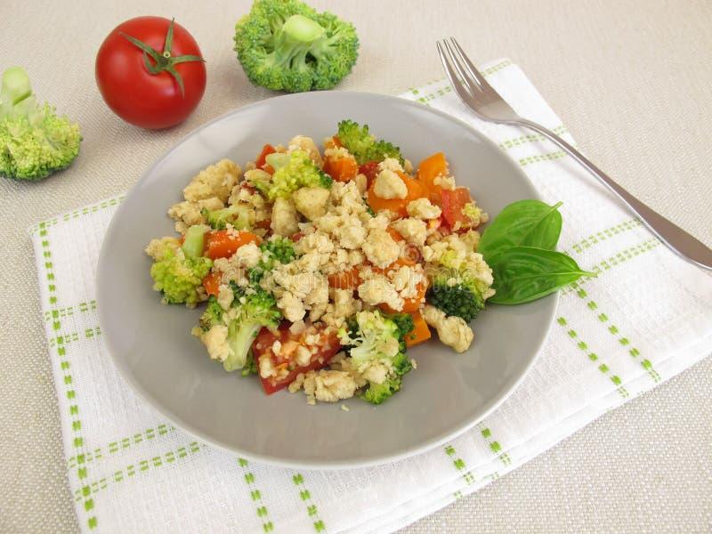 Plantaardige kruimeltaart met wortelen, tomaten, broccoli en parmezaanse kaascrumbs stock fotografie