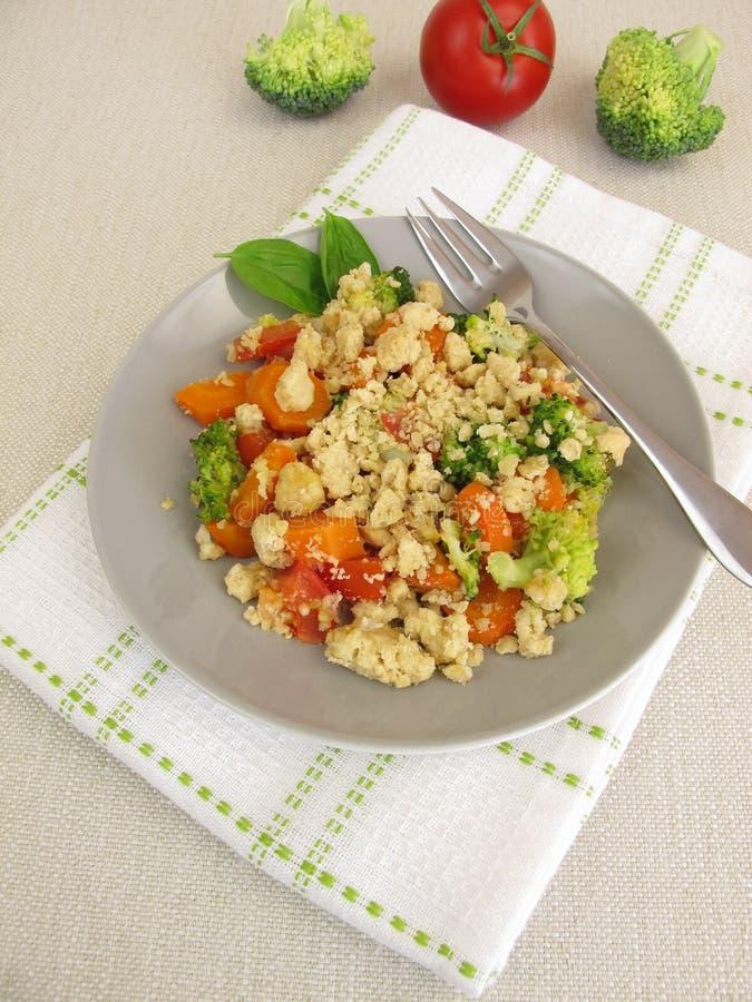 Plantaardige kruimeltaart met wortelen, tomaten, broccoli en parmezaanse kaascrumbs royalty-vrije stock fotografie