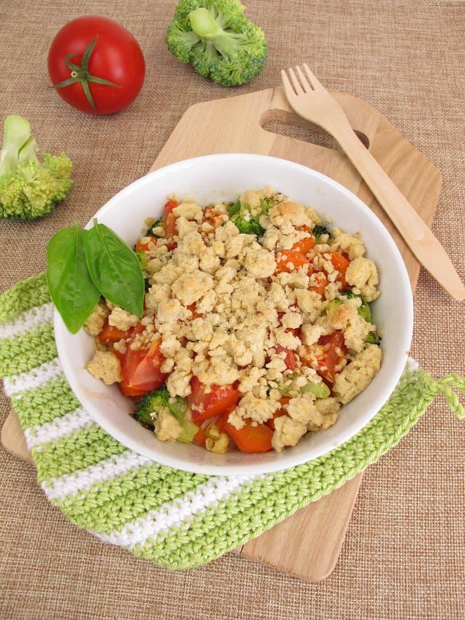 Plantaardige kruimeltaart met wortelen, tomaten en broccoli royalty-vrije stock afbeeldingen