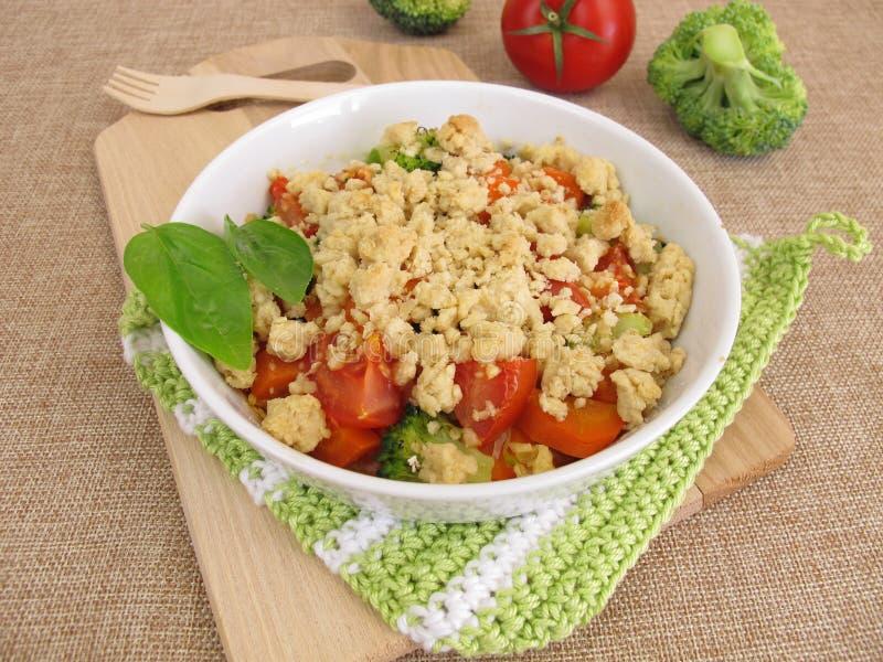 Plantaardige kruimeltaart met wortelen, tomaten en broccoli royalty-vrije stock foto