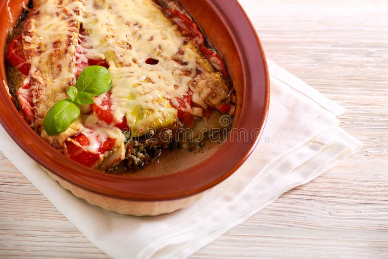 Plantaardige lasagna's in een tin royalty-vrije stock afbeeldingen