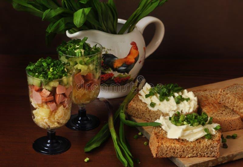 Plantaardige salade in een glas en sandwiches met greens Verrins royalty-vrije stock fotografie