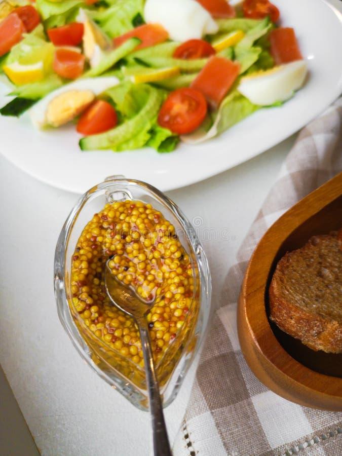 Plantaardige Salade met Breadon een witte plaat, met brood op een diepe raad gezond voedsel, groen ontbijt royalty-vrije stock afbeeldingen