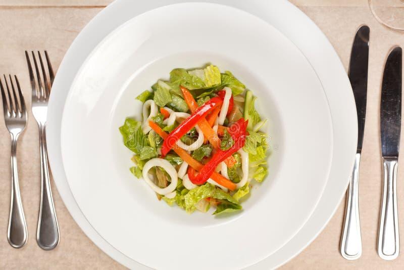 Plantaardige salade met calamari stock afbeelding
