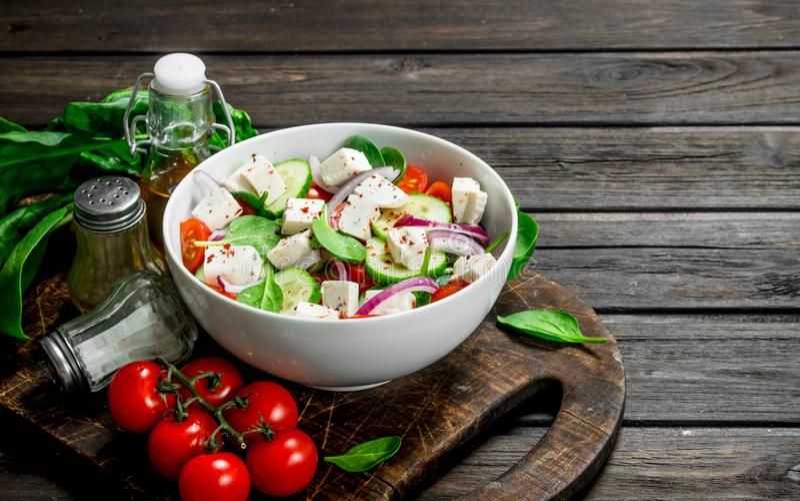 Plantaardige salade Salade met groenten, kaas en olijfolie stock foto
