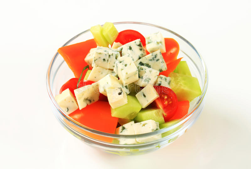 Plantaardige salade met schimmelkaas stock foto