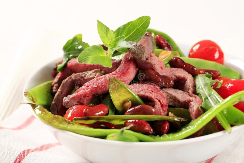 Plantaardige salade met stroken van rundvlees royalty-vrije stock foto