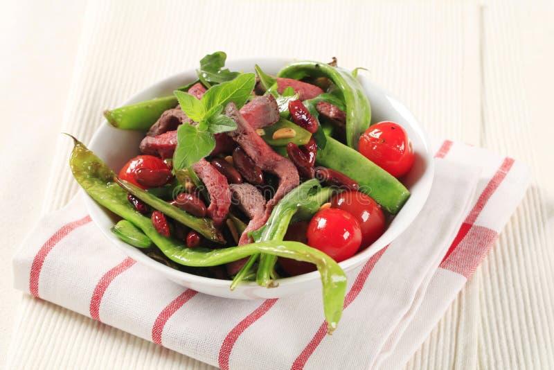 Plantaardige salade met stroken van rundvlees stock foto