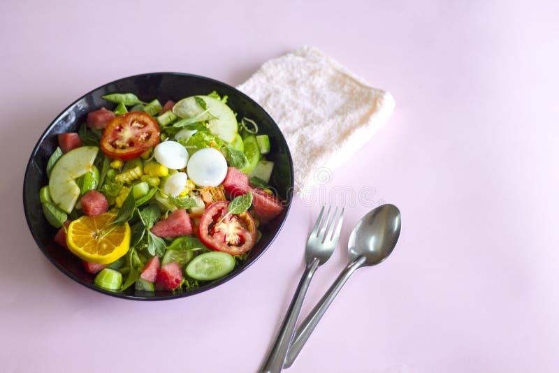 Plantaardige salade op een zwart van het het verliesconcept van het plaatgewicht Gezond voedsel royalty-vrije stock afbeelding