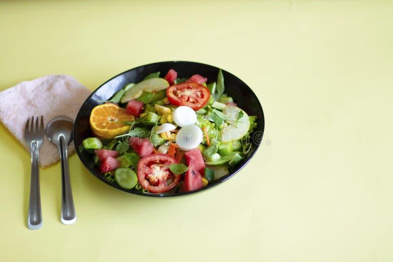 Plantaardige salade op een zwart van het het verliesconcept van het plaatgewicht Gezond voedsel royalty-vrije stock foto