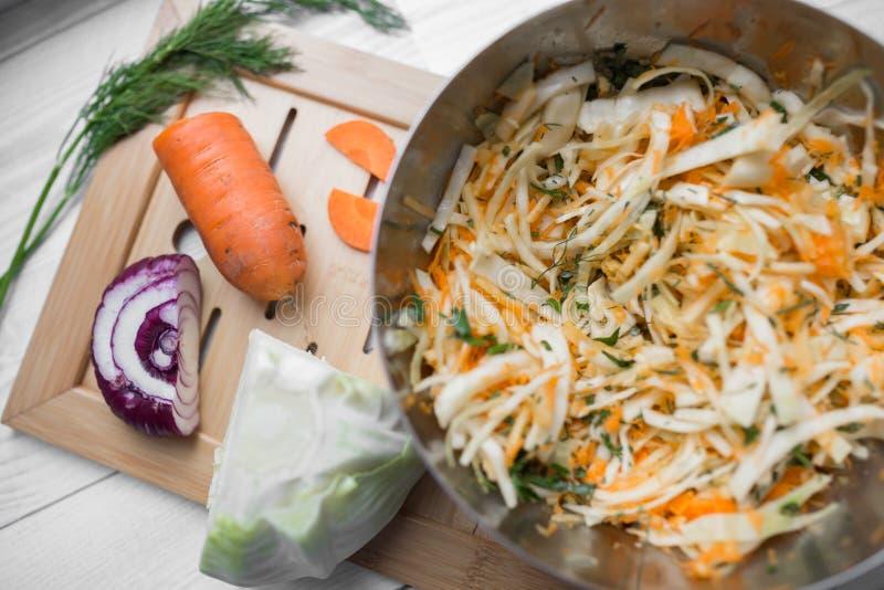 Plantaardige salade van kool, wortelen en appelen stock foto