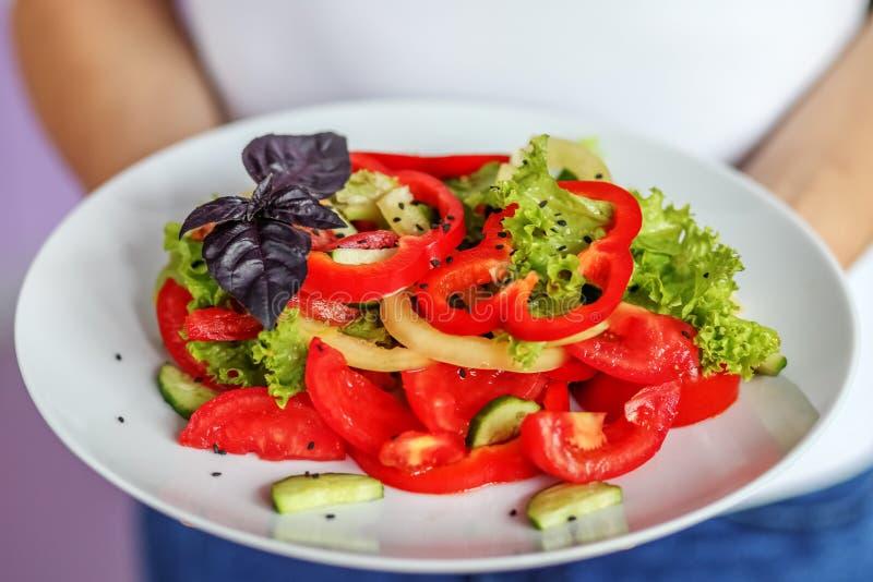 Plantaardige salade van tomaten, peper, sla en sesamsalade T stock foto's