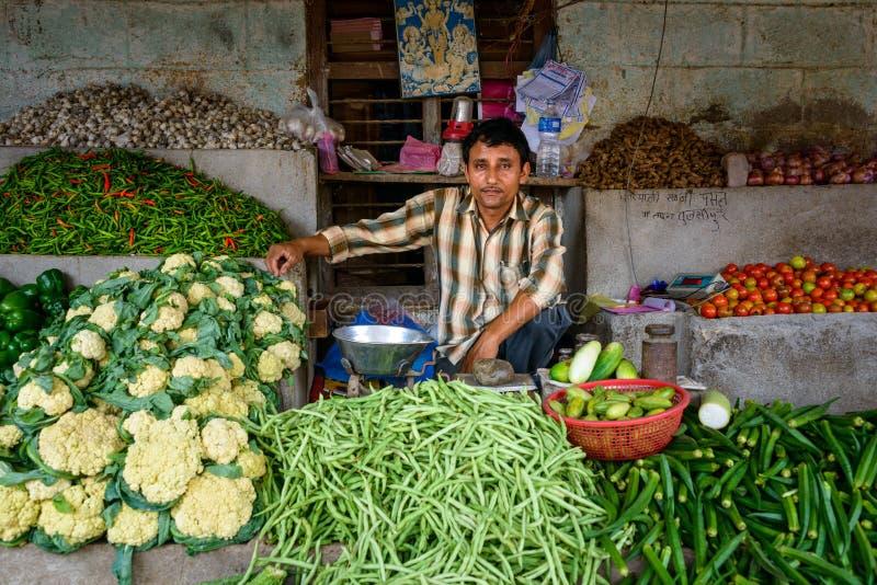 Plantaardige verkoper bij Tulsipur-markt stock foto