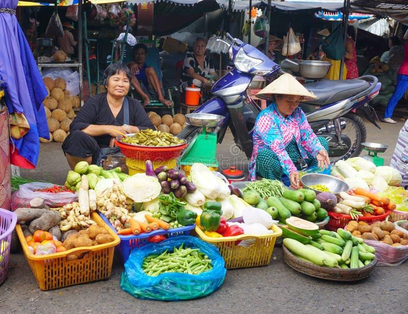 Plantaardige verkopers die producten verkopen in Hoi An stock afbeeldingen