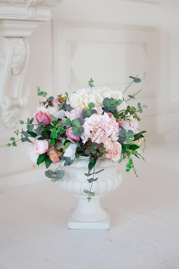 Plantador italiano blanco antiguo de la urna con las flores foto de archivo