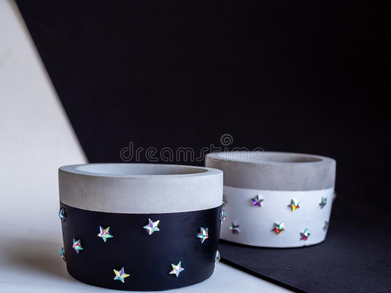 Plantadores concretos de la ronda moderna blanco y negro vacía Potes concretos pintados para la decoración casera foto de archivo libre de regalías