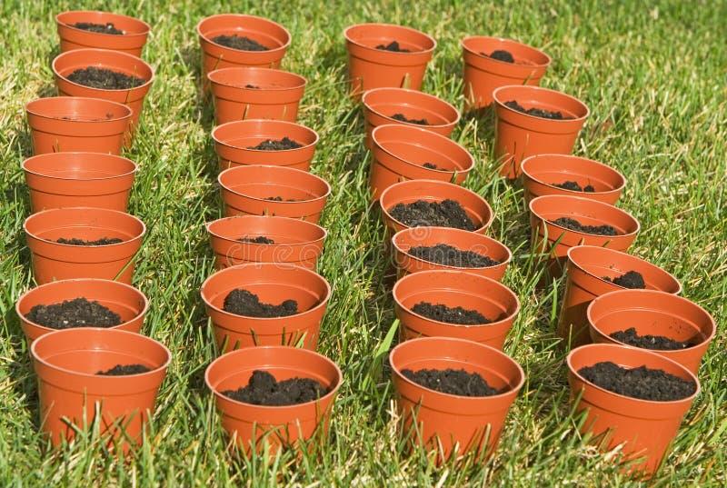 Plantadores no jardim fotografia de stock