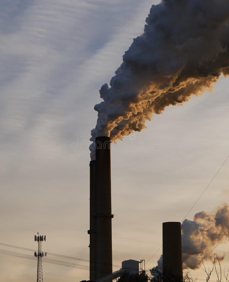 Plantas de carvão - os poluidores os mais grandes do ar fotografia de stock royalty free