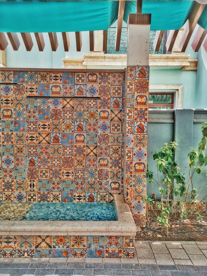Plantas de la fuente de agua del arte de la decoración de la pared una manera del lado y del paseo imágenes de archivo libres de regalías