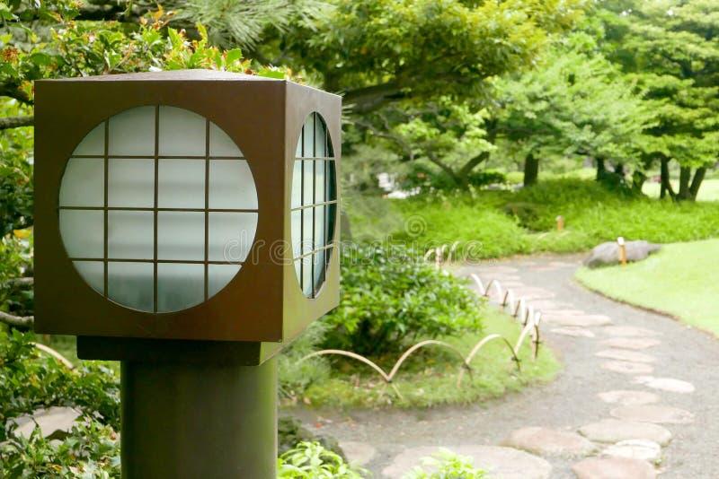 Plantas, lâmpada de assoalho tradicional japonesa e passeio fotos de stock royalty free