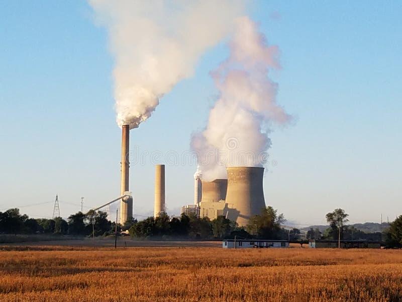Plantas nucleares e de carvão em Ohio do sul fotos de stock royalty free