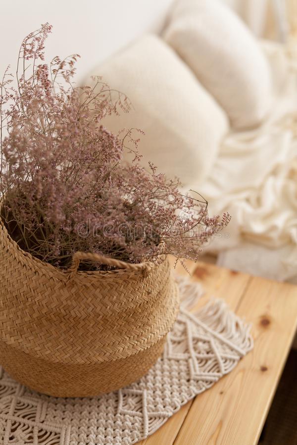 Plantas secas en una cesta de mimbre imagen de archivo