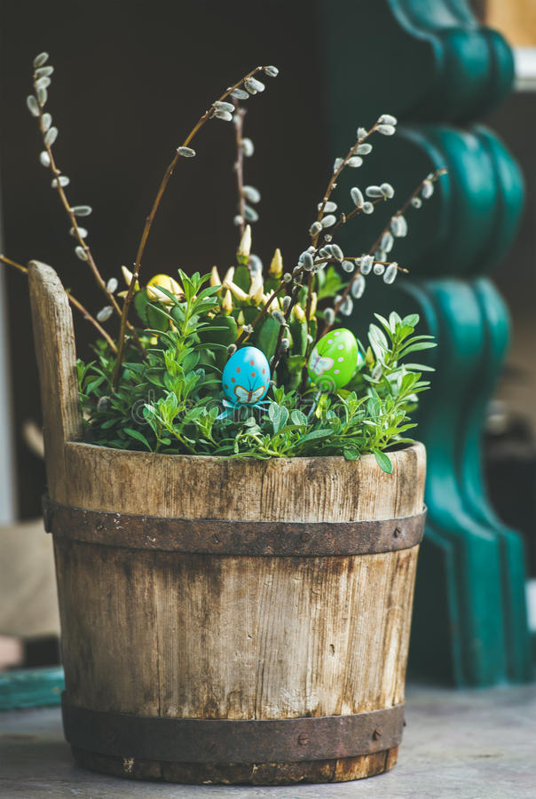 Plantas verdes, huevos coloreados, ramas de sauce en tina de madera fotografía de archivo libre de regalías