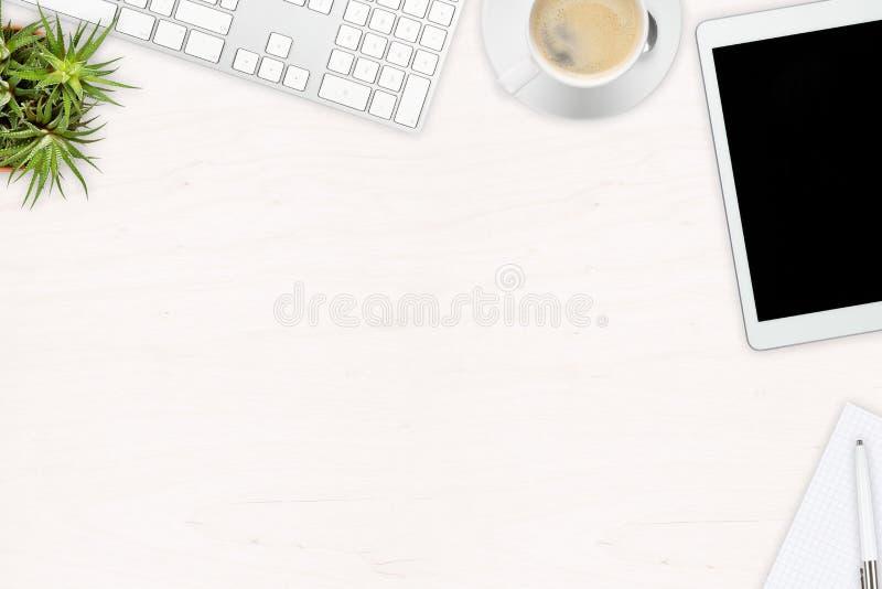 Planterar den skrivbords- sikten för det vita träkontoret med kontorsredskap, royaltyfria foton