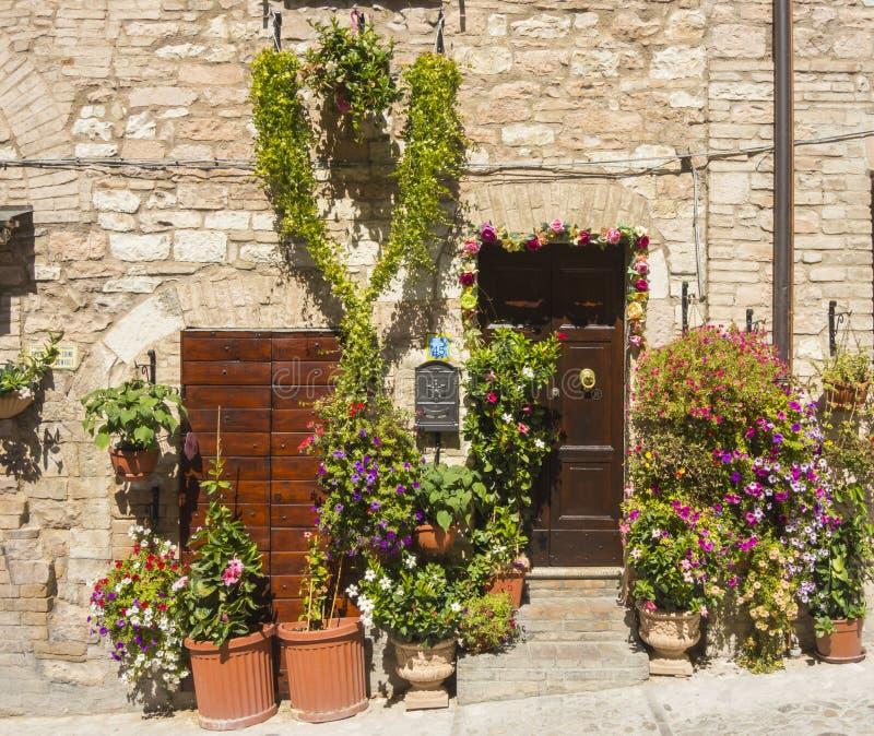 Plantes et fleurs dans des pots sur les rues étroites du village antique de Spello, Ombrie, Italie photographie stock libre de droits