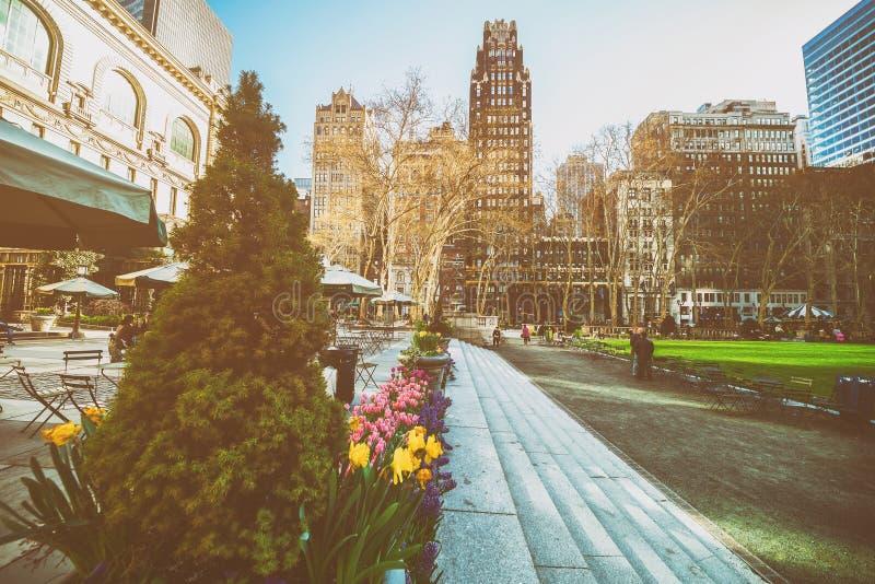 Plantes vertes et gratte-ciel en ressort de Bryant Park NYC images stock