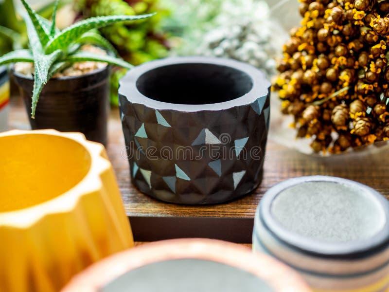 Planteurs géométriques colorés Planteurs concrets peints pour la décoration à la maison photographie stock