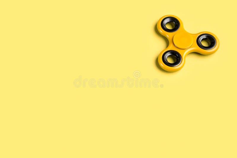 Plantilla amarilla del fondo del hilandero de la persona agitada con el espacio de la copia fotos de archivo libres de regalías