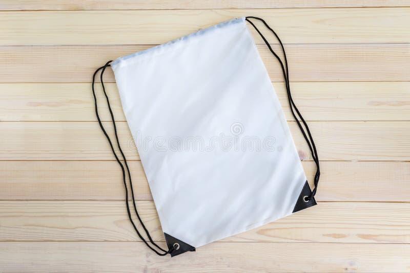 Plantilla blanca del paquete del lazo, maqueta del bolso para los zapatos del deporte fotos de archivo libres de regalías