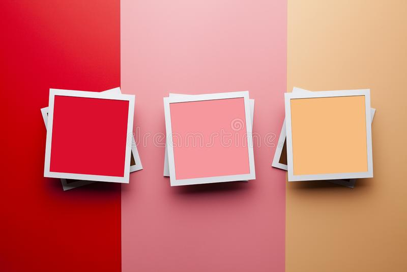 Plantilla de la maqueta de la foto - tres marcos de papel de la foto con los espacios vacíos para su contenido en fondo del color foto de archivo libre de regalías