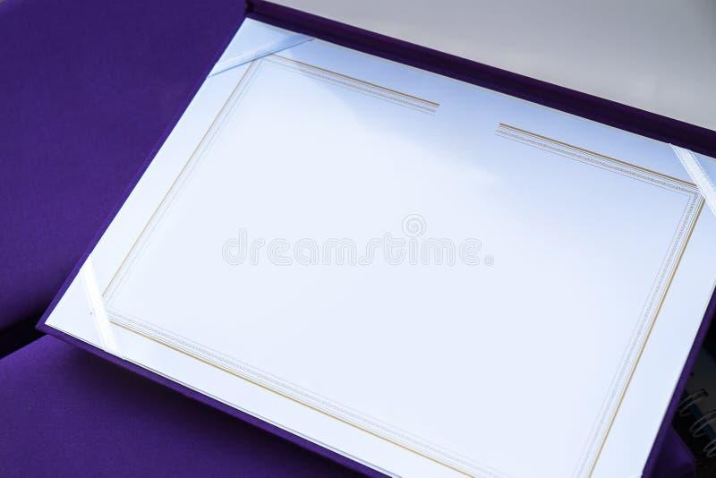 Plantilla en blanco del certificado con la cubierta de seda púrpura de alta calidad fotos de archivo libres de regalías