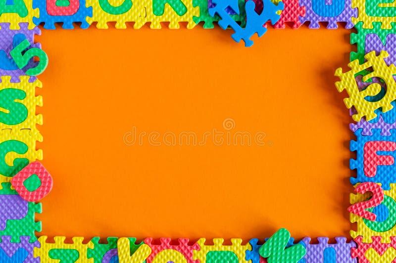 Plantilla - marco del rompecabezas del juguete del niño con el espacio vacío para el texto o la foto Ejemplo de un concepto de la fotografía de archivo