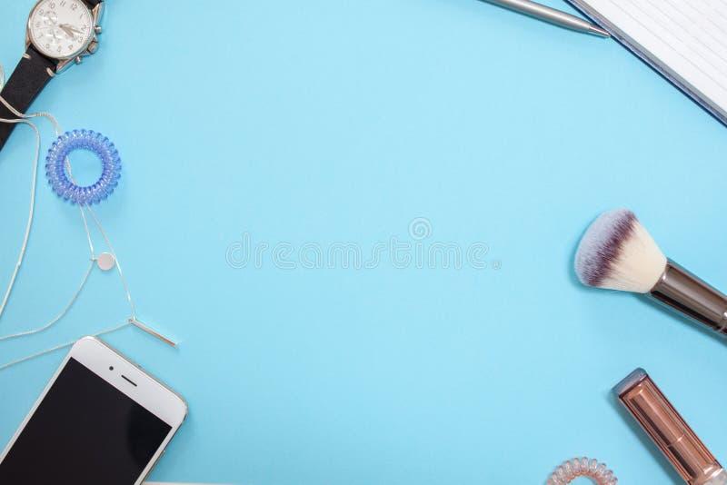 Plantilla puesta plana en un estilo moderno del negocio en un fondo azul imágenes de archivo libres de regalías