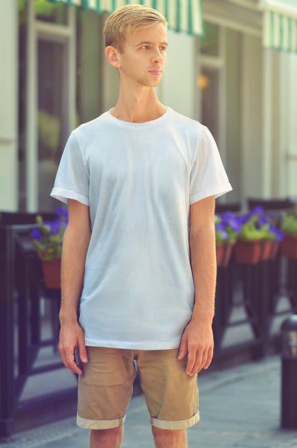 Plantilla urbana de la ropa con el hombre joven en un caf elegante acogedor imagen de archivo