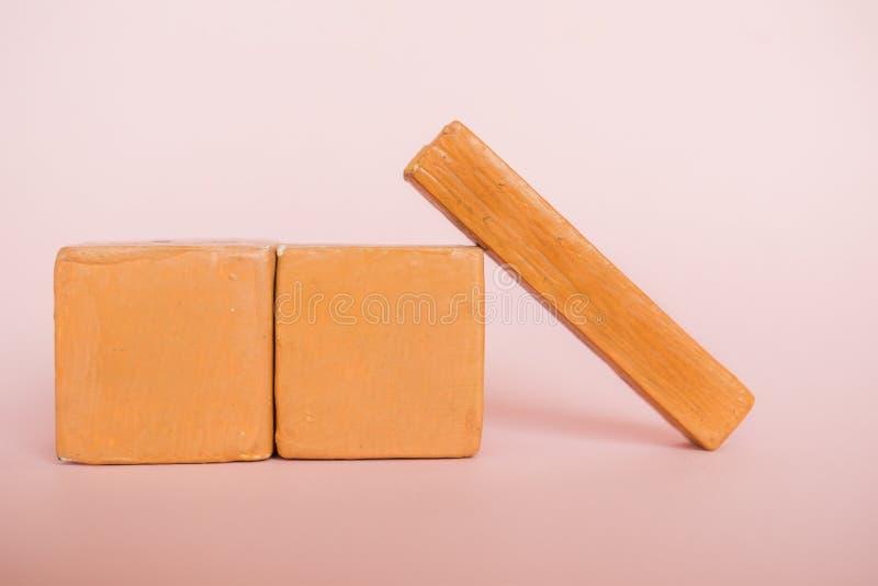 Plantilla vacía del calendario de madera hecho a mano en fondo moderno del color mes, día del concepto del año fotografía de archivo libre de regalías