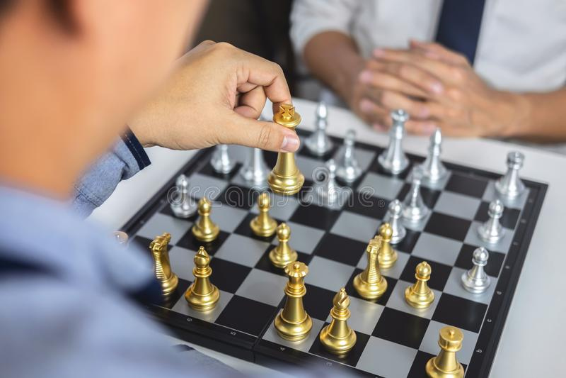 Planung und strategisches Konzept, Geschäftsmann, der Schach und denkende Strategie über Abbruch spielt, das gegenüberliegende Te stockfoto