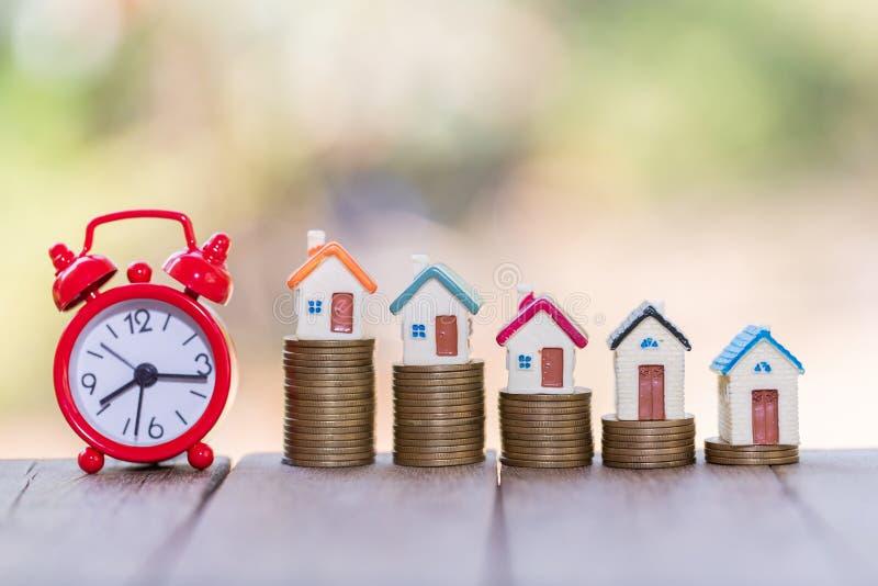 Planungseinsparungensgeld von den Münzen, zum eines Hauses, des Konzeptes für Eigentumsleiter, der Hypothek und der Immobilieninv stockfotografie