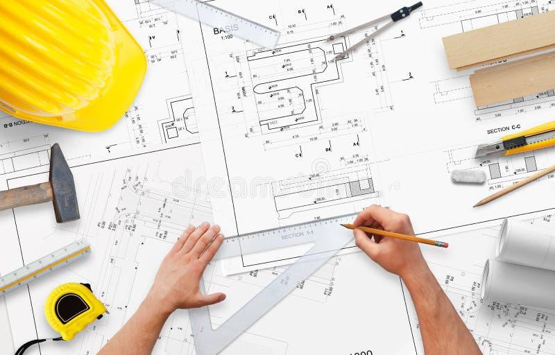 Planungshausbau Bearbeiten Sie Schreibtisch mit Zubehör für Architekten und Arbeitskräfte lizenzfreie stockfotos
