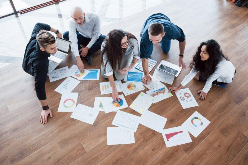 Planungsstrategie zusammen Geschäftsteam, das Papiere auf Boden mit dem Manager zeigt auf eine Idee betrachtet mitarbeit stockfotografie